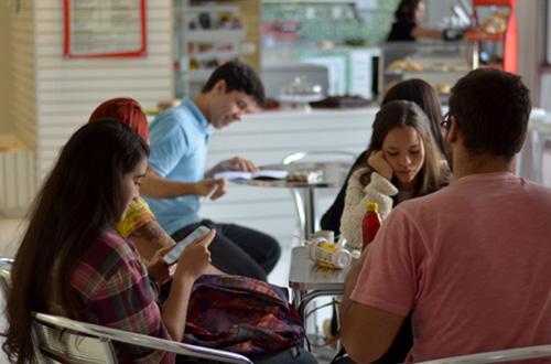 estudantes lendo na biblioteca